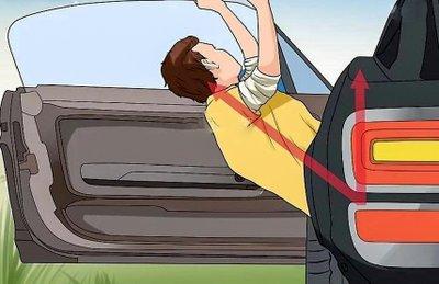 Trường hợp khẩn cấp cần nhảy ra khỏi xe ô tô như nào cho an toàn? 7a