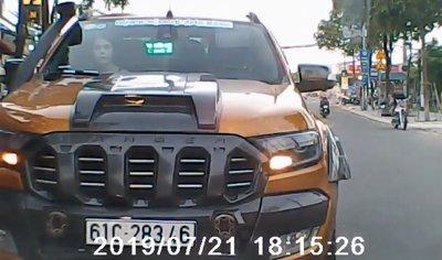 Mức phạt nào cho tài xế chạy xe bán tải ngược chiều ngang ngược? a1