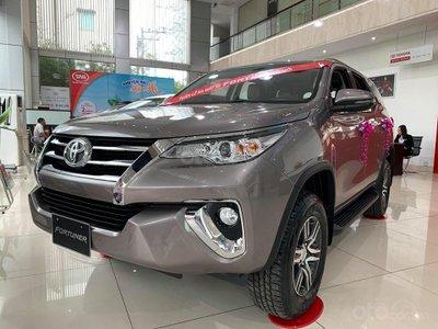 Giá xe Toyota Fortuner tại đại lý mới nhất tháng 8: Giảm tới 35 triệu, tặng nhiều phụ kiện hấp dẫn.