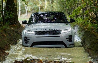 Land Rover Ranger Rover có thể 'lội nước' gần 1m nhờ khoảng sáng gầm xe cao.