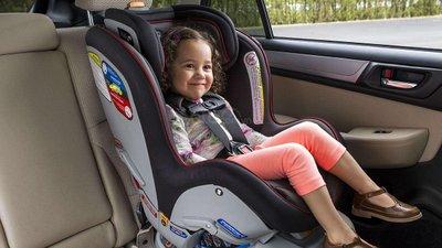 Trẻ từ 6 tháng đến 4 năm vẫn phải ngồi ở ghế sau.