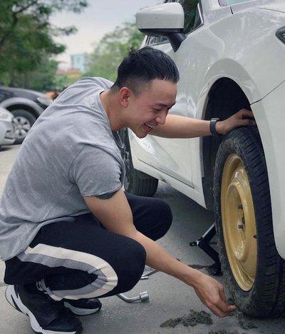 Nam diễn viên Hoàng Anh Vũ thường xuất hiện bên chiếc Mazda3 trắng cả trong phim lẫn ngoài đời