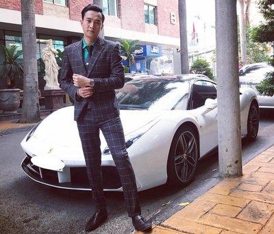 """Nam diễn viên Quốc Trường bên cạnh """"xế cưng"""" Porsche Boxster"""