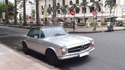 Mercedes 230 SL cổ khoe trọn vẻ đẹp giữa lòng Sài Gòn hoa lệ a2