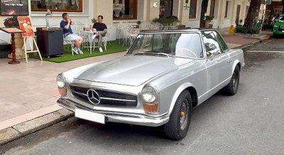 Mercedes 230 SL cổ khoe trọn vẻ đẹp giữa lòng Sài Gòn hoa lệ 1