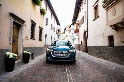 Xe điện Audi E-Tron đi qua 10 nước châu Âu trong 24 giờ a6