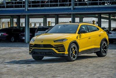 """Chiếc Lamborghini Urus chính hãng thứ 3 về nước với ngoại thất vàng """"chói lóa"""" a1"""