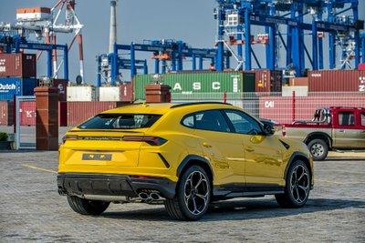 """Chiếc Lamborghini Urus chính hãng thứ 3 về nước với ngoại thất vàng """"chói lóa"""" a4"""