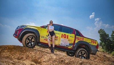 Người đẹp Việt khoe vẻ khỏe khoắn bên Toyota Hilux - Ảnh 1.