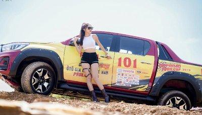 Người đẹp Việt khoe vẻ khỏe khoắn bên Toyota Hilux - Ảnh 4.