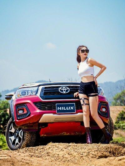 Người đẹp Việt khoe vẻ khỏe khoắn bên Toyota Hilux - Ảnh 9.
