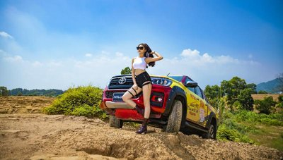 Người đẹp Việt khoe vẻ khỏe khoắn bên Toyota Hilux - Ảnh 2.