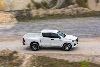 Toyota Hilux 2019 tại Anh sở hữu loạt trang bị khủng, giá chỉ từ 580 triệu đồng a1