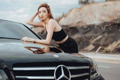 Ngẩn ngơ ngắm người đẹp mơ màng bên Mercedes C300.