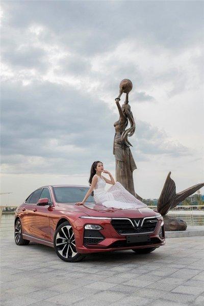 Người đẹp khoe vẻ thướt tha bên xe VinFast Lux A 2.0  - Ảnh 2.