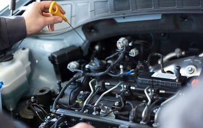 Kiểm tra xe cẩn thận trước khi quyết định mua ô tô cũ.