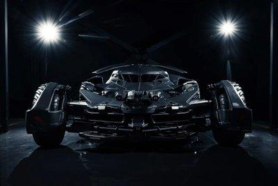 Batmobile sở hữu động cơ xăng có dung tích 5 lít, sản sinh công suất 502 mã lực.