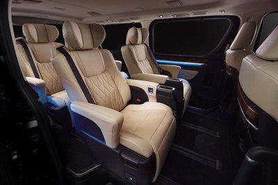 Cấu hình 3 hàng - 6 chỗ ngồi của Toyota GranAce 2020.