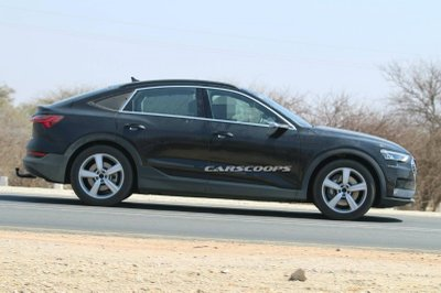Audi e-tron Sportback 2020 sở hữu lớp vỏ màu xám xung quanh toàn bộ phần bên dưới.