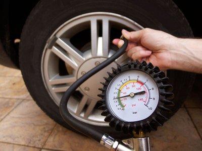 Đo áp suất lốp ô tô.