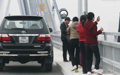 Dừng, đỗ ô tô trên cầu là vi phạm luật giao thông.
