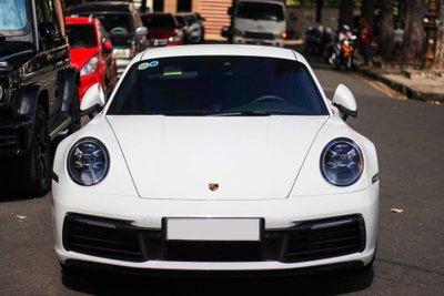 Porsche 911 Carrera S có phần mui xe thấp hơn phiên bản tiền nhiệm.