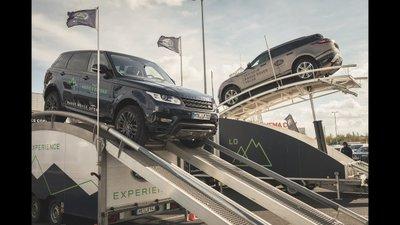 Các thiết bị mô phỏng địa hình tạo nên những bài thử đầy thách thức dành cho các mẫu xe Range Rover.
