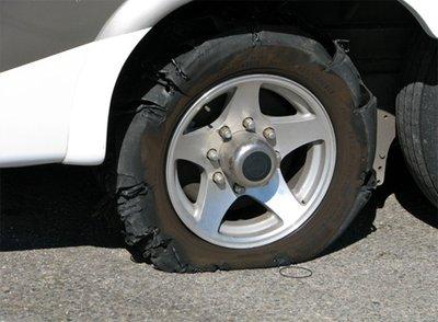 Xử lý như thế nào khi ô tô nổ lốp bất ngờ? 1.