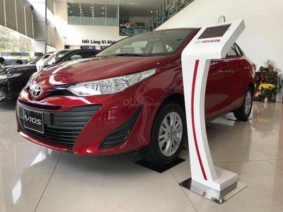 Hình ảnh Toyota Vios đỏ chụp từ phía trước