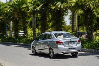 Mitsubishi Attrage đang chạy trên đường 1