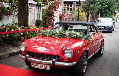 Fiat 124 Sport Spider được trang trí hoa tươi rực rỡ.