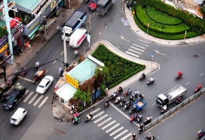 Tại nơi đường giao nhau không có báo hiệu đi theo vòng xuyến phải nhường đường cho xe đi đến từ bên phải/