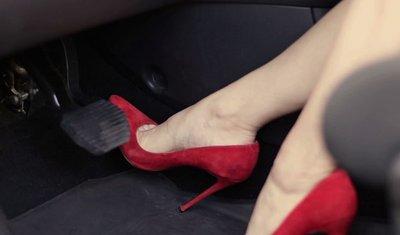 Phụ nữ lái xe: Làm sao để vừa duyên dáng, cuốn hút vừa đảm bảo an toàn? a3