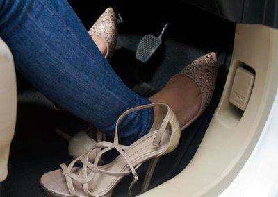 Phụ nữ lái xe: Làm sao để vừa duyên dáng, cuốn hút vừa đảm bảo an toàn? a4