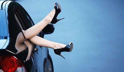 Phụ nữ lái xe: Làm sao để vừa duyên dáng, cuốn hút vừa đảm bảo an toàn? a2