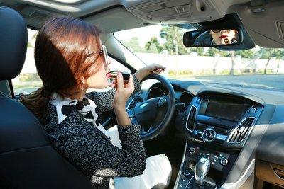 Phụ nữ lái xe: Làm sao để vừa duyên dáng, cuốn hút vừa đảm bảo an toàn? a9