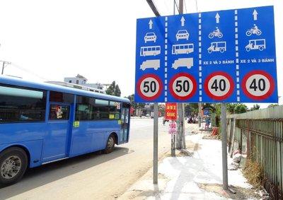 Biển báo phân làn đường cho các phương tiện cơ giới tham gia giao thông.