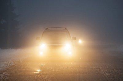 Kinh nghiệm lái xe ô tô đường dài an toàn là sử dụng đèn xe đúng cách.