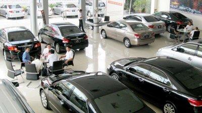 """Cuối năm đại lý ô tô dùng những chiêu thức gì để """"mê hoặc"""" khách hàng?."""
