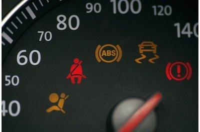 Vô số đèn báo trên xe ô tô có ý nghĩa gì?.