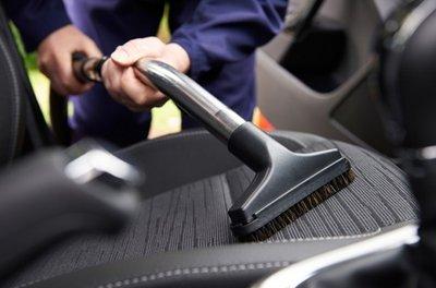 Vệ sinh xe sạch sẽ để tạo không gian thoáng đãng, tốt cho phong thủy xe.