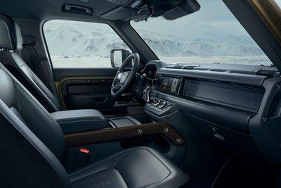 Nội thát của Land Rover Defender 2020 mang đậm chất hiện đại và công nghệ cao.