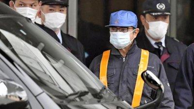 Carlos Ghosn ngụy trang vụng về để rời khỏi trại giam.