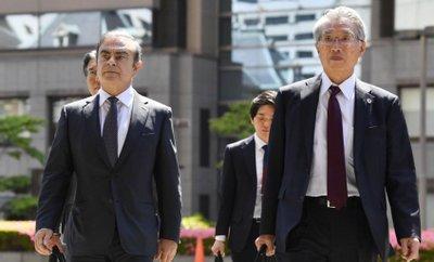 Carlos Ghosn và luật sư Junichiro Hironaka trong một lần tới hầu tòa/