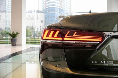 Đèn hậu sáng xe Lexus LS500h 2020