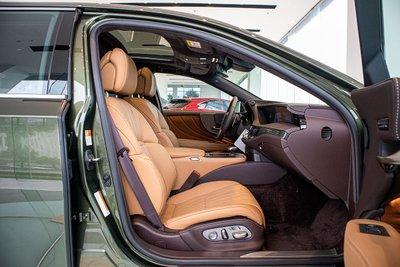 Ghế trước xe Lexus LS500h 2020