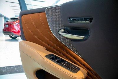 Cảnh cửa xe Lexus LS500h 2020