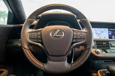Ảnh chụp vô-lăng xe Lexus LS500h 2020