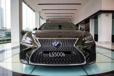 Phía trước xe Lexus LS500h 2020