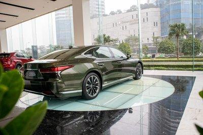 ảnh chụp đuôi xe Lexus LS500h 2020